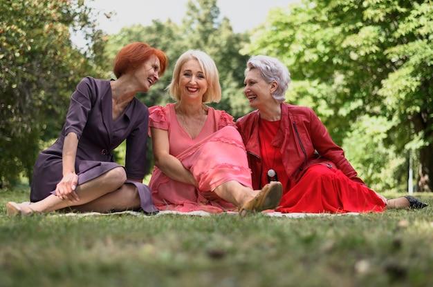 Femmes mûres s'amusant dans le parc Photo gratuit