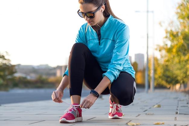 Femmes nouage lacets de chaussures Photo Premium