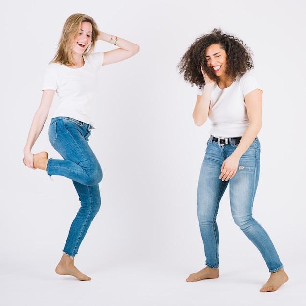 Femmes pieds nus dansant ensemble Photo gratuit