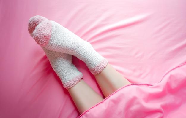 Femmes portant des chaussettes en matinée d'hiver et des couvertures Photo Premium