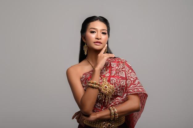Femmes portant des vêtements thaïlandais et leurs mains touchant leur visage Photo gratuit