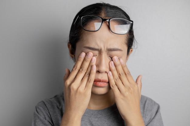 Les Femmes Portent Des Lunettes Et Souffrent De Douleurs Oculaires Photo Premium