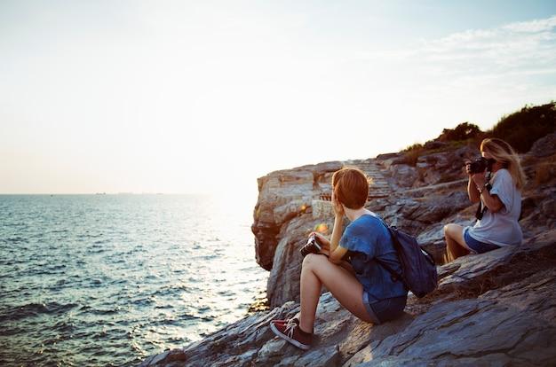 Femmes prenant des photos au bord de mer Photo gratuit