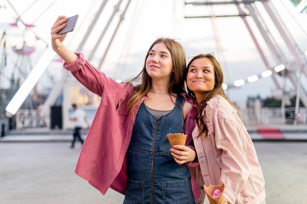 Femmes Prenant Selfie Ensemble Photo gratuit