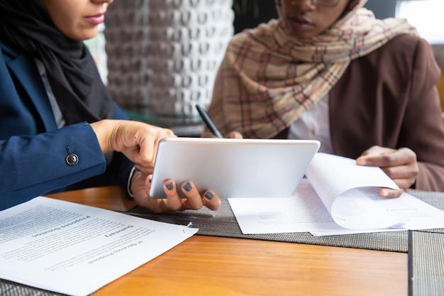 Femmes Professionnelles Travaillant Sur Des Documents Photo gratuit