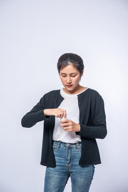 Les Femmes Qui Ne Se Sentent Pas Bien Et Sont Sur Le Point De Prendre Des Antibiotiques. Photo gratuit