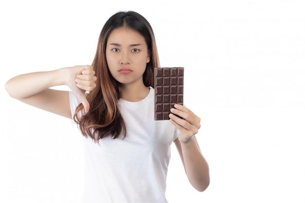 Les femmes qui sont contre le chocolat, isolé sur un fond blanc. Photo gratuit