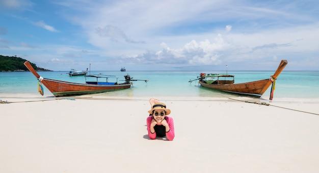 Les femmes se trouvent sur la plage et la mer ont des vacances d'été relaxantes Photo Premium