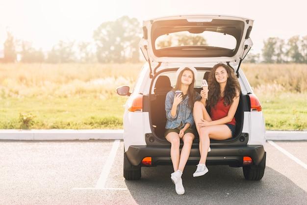 Femmes, séance, voiture, coffre, glace Photo gratuit