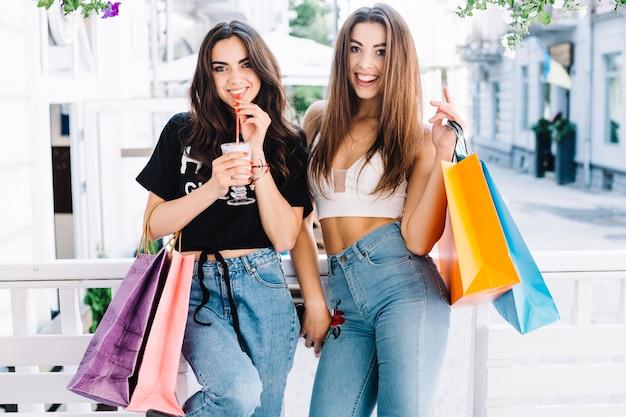 Femmes séduisantes avec des milkshakes Photo gratuit