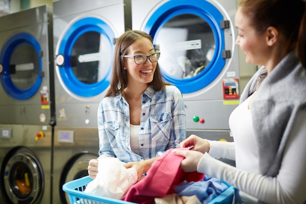 Femmes sélectionnant des vêtements Photo gratuit