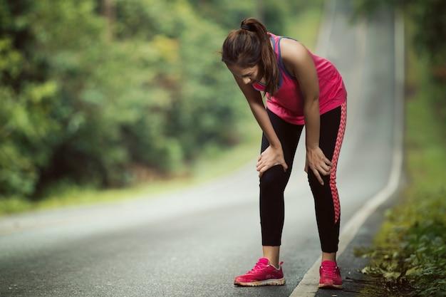 Les Femmes Sont Fatiguées De Faire Du Jogging Sur Une Pente Raide Photo Premium