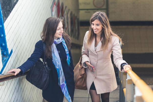 Femmes Sortant D'une Station De Métro De Londres. Photo Premium
