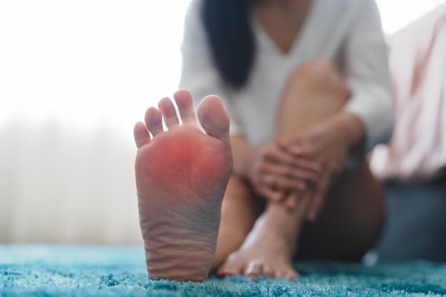 Les femmes souffrant de douleur à la cheville touchent son concept de soins de santé et de médecine douloureux au pied Photo Premium
