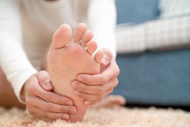 Les femmes souffrant de douleur à la cheville touchent son concept de soins de santé et de médecine Photo Premium