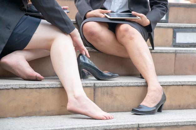 Les femmes souffrent de morsure ou de pincement de chaussure. elle a enlevé ses chaussures. Photo Premium