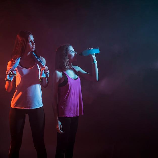 Les Femmes Sportives Après L'entraînement Dans L'obscurité Photo gratuit