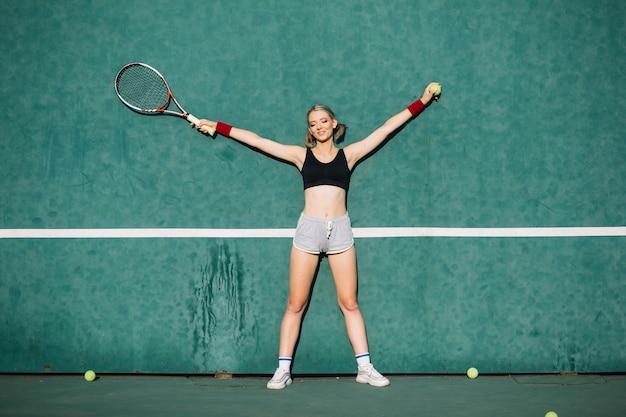 Femmes sportives sur un terrain de tennis Photo gratuit