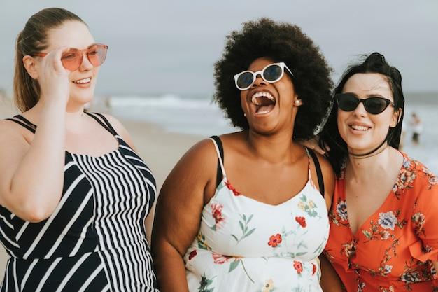 Femmes de taille plus gaies à la plage Photo gratuit