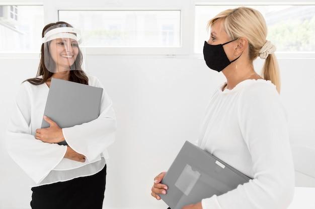 Femmes De Tir Moyen Avec Masque Et écran Facial Photo Premium
