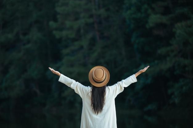 Les femmes touristes étendent leurs bras et tiennent leurs ailes Photo gratuit