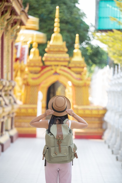 Les femmes touristes voyagent dans les temples. Photo gratuit