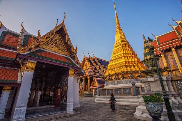 Les femmes touristes voyagent à wat phra kaew Photo Premium