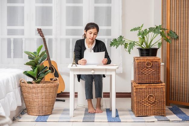 Les Femmes Travaillent à Table Et Analysent Les Documents. Photo gratuit