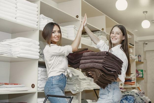 Les Femmes Utilisant Une Machine à Sécher. Jeunes Femmes Prêtes à Sécher Les Vêtements. Intérieur, Concept De Processus Dryind. Photo gratuit
