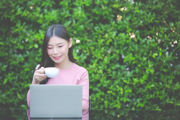 Les femmes vendent des produits via les médias sociaux Photo gratuit
