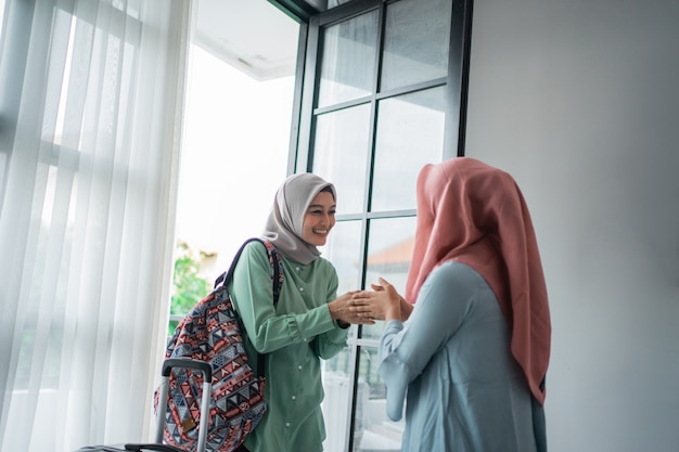 Femmes Voilées Salam Salam Lors De Sa Rencontre Avec Son Amie Photo Premium