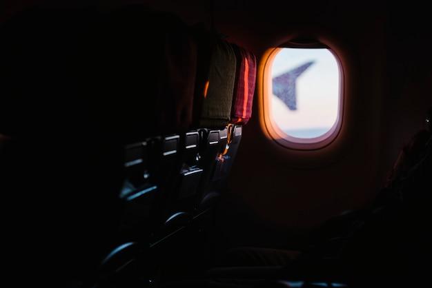 Fenêtre d'avion à partir de sièges passagers Photo gratuit