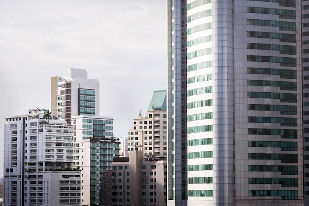 Fenêtre sur copropriété avec la lumière du soleil au matin Photo Premium
