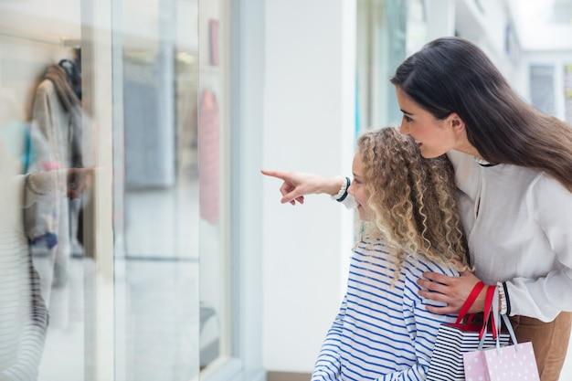 Fenêtre Famille Heureuse Faire Du Shopping Dans Le Centre Commercial Photo Premium