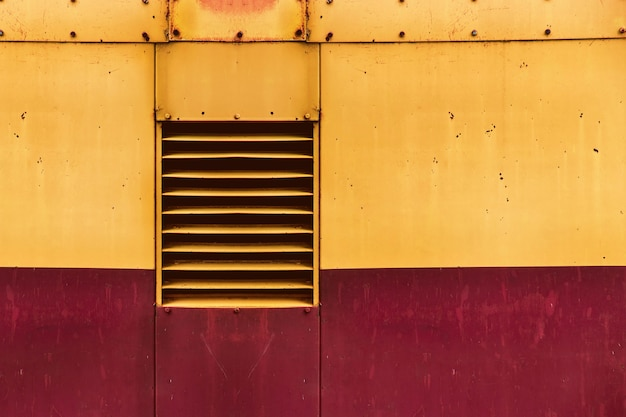Fenêtre de ventilation d'air sur le vieux fond de tôle grunge Photo Premium