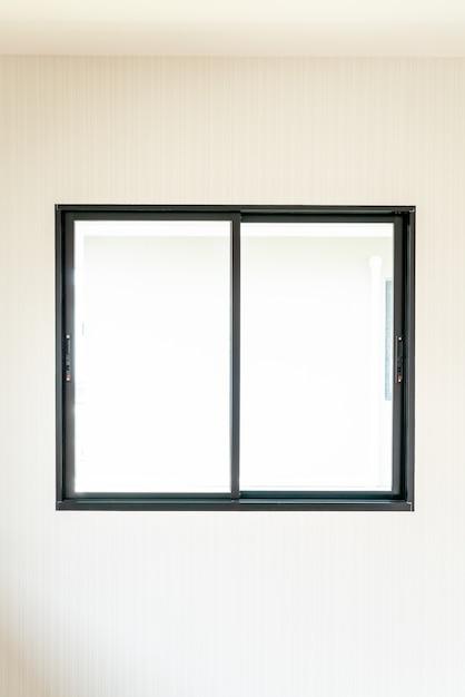 Fenêtre En Verre Vide Et Porte à La Maison Photo Premium