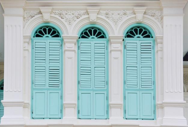 Fenêtres de couleur verte dans le style chino-portugais Photo Premium