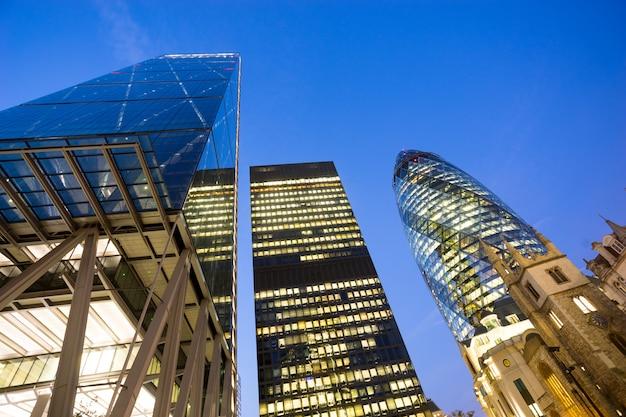 Fenêtres du bureau d'affaires de gratte-ciel, bâtiment d'entreprise à london city, angleterre, royaume-uni Photo Premium
