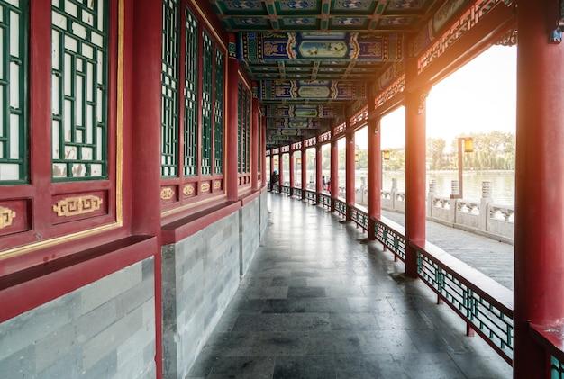 Fenêtres et piliers rouges dans les temples de beijing, chine Photo Premium