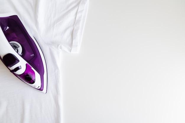 Fer violet vue de dessus avec fond blanc Photo gratuit