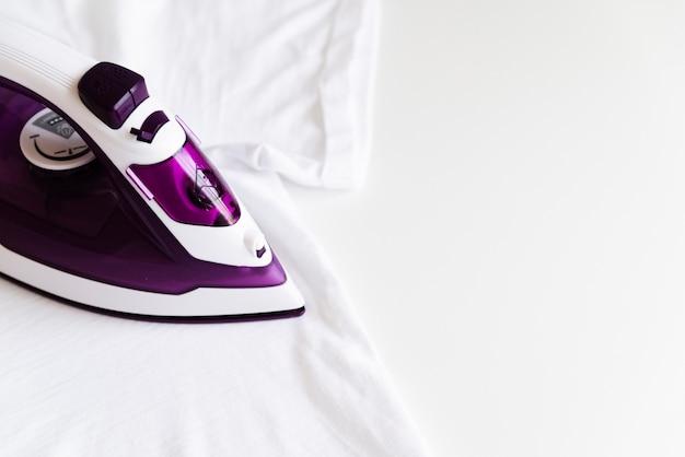 Fer violet vue haute avec fond blanc Photo gratuit
