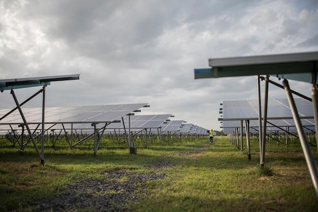 Ferme de cellules solaires dans une centrale électrique pour une énergie alternative du soleil Photo gratuit