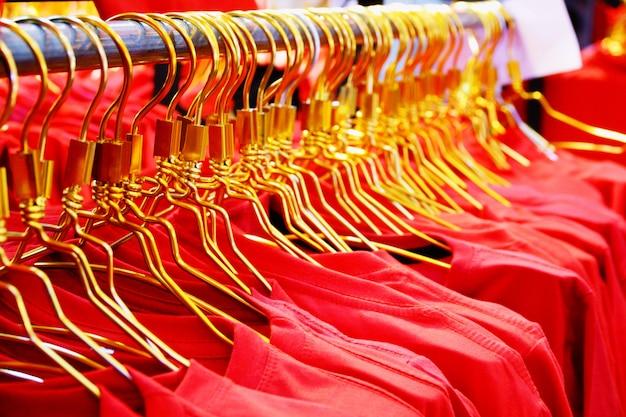 Fermé Les Chemises Rouges Sur Un Support Dans Le Centre Commercial Photo Premium