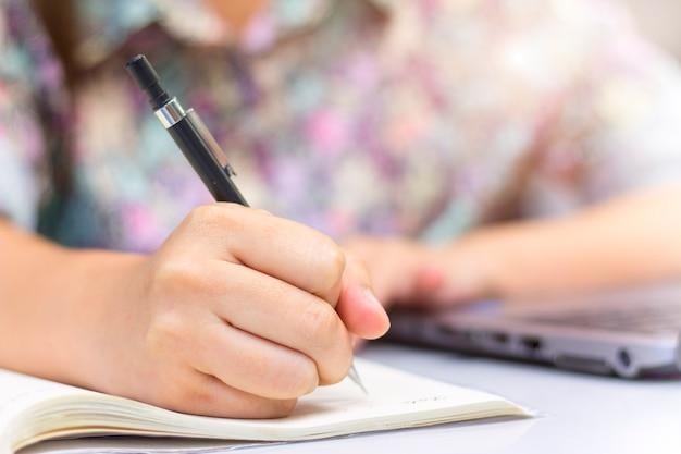 Fermé de la main écrit sur le cahier Photo Premium