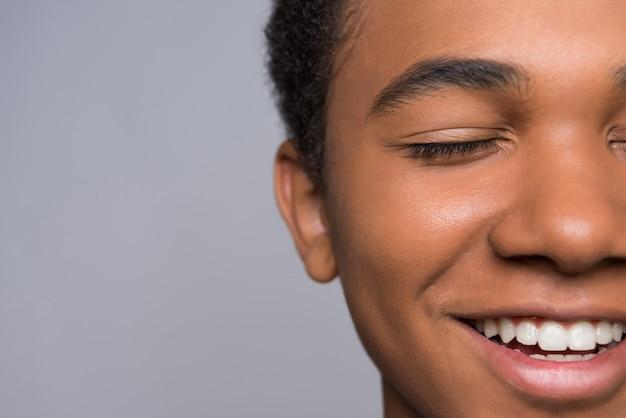 Fermer. adolescent afro-américain couvre la bouche Photo Premium