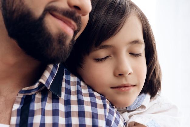 Fermer. Adolescent étreint Père Adulte. Photo Premium