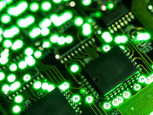 Fermer le circuit vert. technologie du matériel informatique électronique. Photo Premium