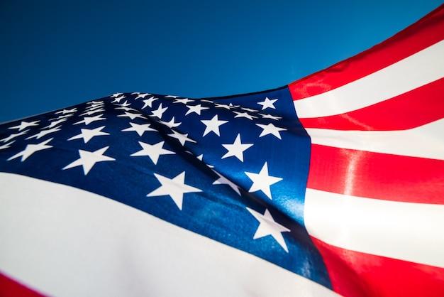 Fermer le drapeau des états-unis d'amérique sur le fond de ciel bleu. Photo Premium