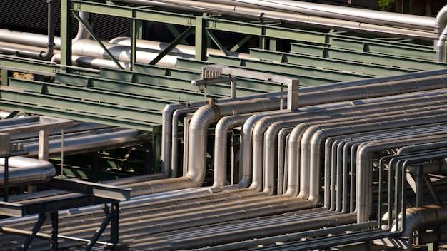 Fermer L'équipement, Les Câbles Et La Tuyauterie Que L'on Trouve à L'intérieur De La Pétrochimie Industrielle, Raffinerie De Pétrole. Photo Premium