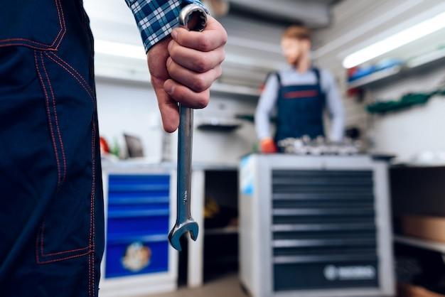 Fermer. homme détient une clé devant son collègue. Photo Premium